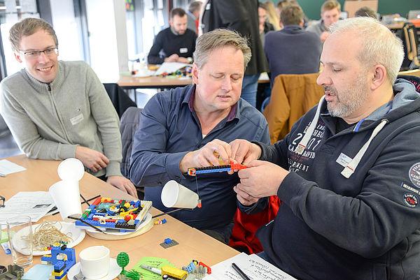 Diskutieren, basteln, ausprobieren: Der kreative Prozess macht den Akteuren sichtlich Spaß. Foto: SICP, Holger Fischer